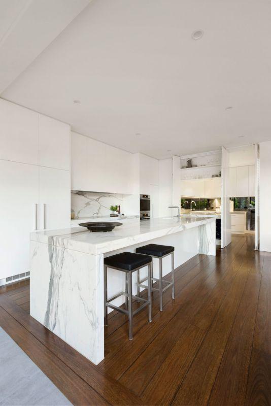 Drewniana Podłoga W Kuchni Z Marmurowym Blatem Marmur W