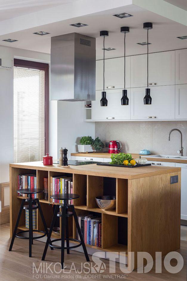 Drewniana wyspa kuchenna z czarnymi hokerami i okapem kominowym  Kuchnia w s   -> Kuchnia Z Okapem Kominowym
