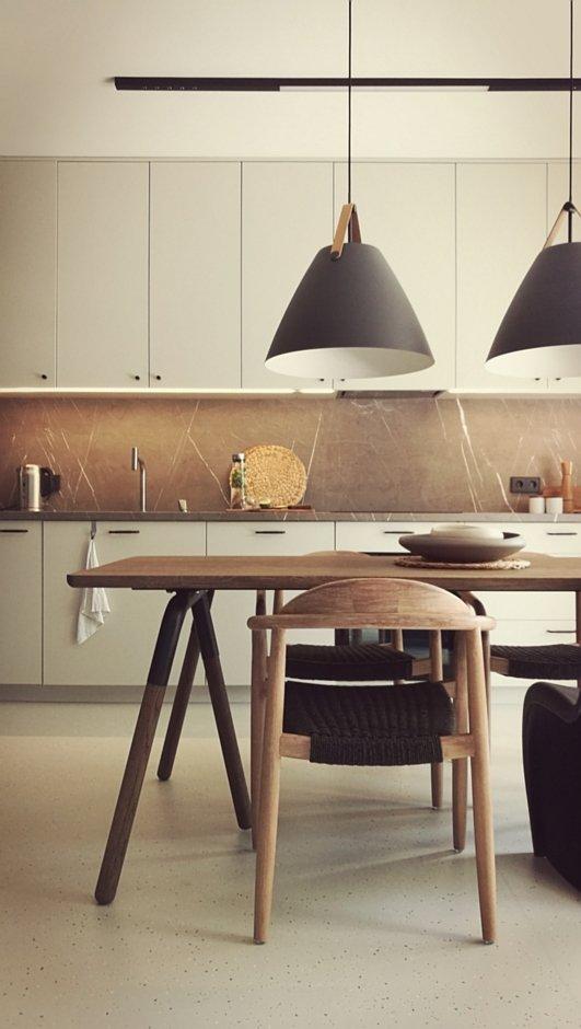 Drewniane krzesło z plecionym siedziskiem w kuchni