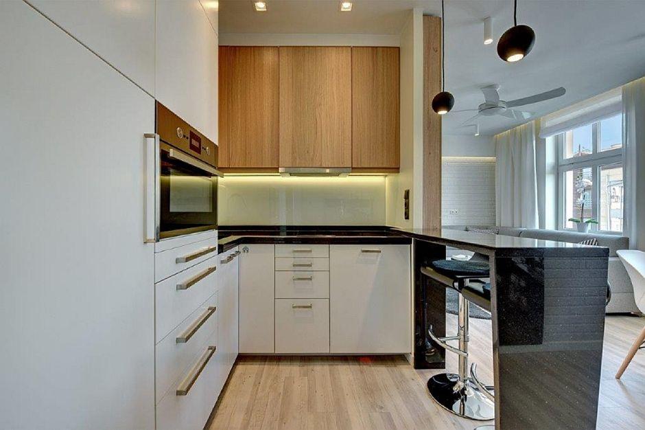 Drewniane panele na podłodze w małej kuchni