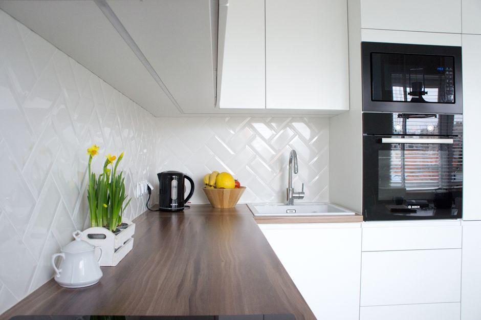 Drewniany Blat W Białej Kuchni Z Czarnym Agd Mieszkanie