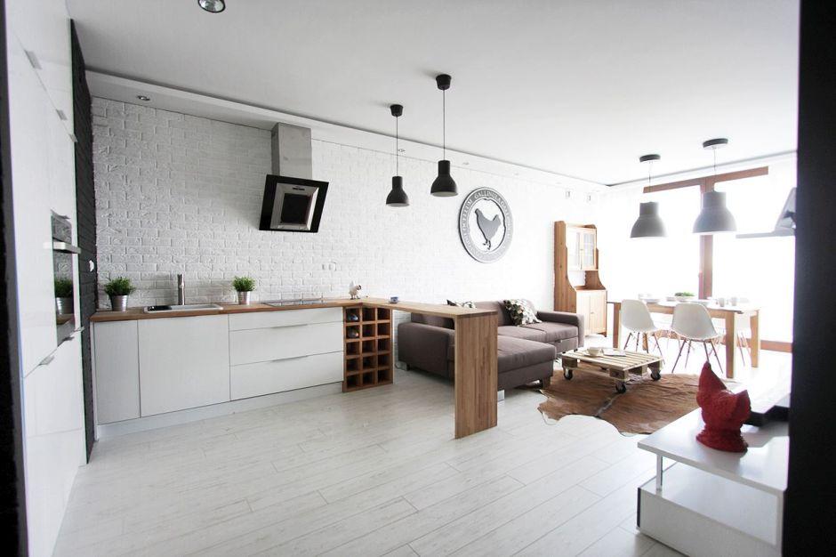 Cegła Na ścianie W Kuchni Z Drewnianymi Blatami I Szafką Na Wino