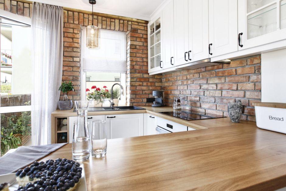 Drewniany Blat W Kuchni Z Cegłą Na ścianie Mieszkanie W Drezdenku