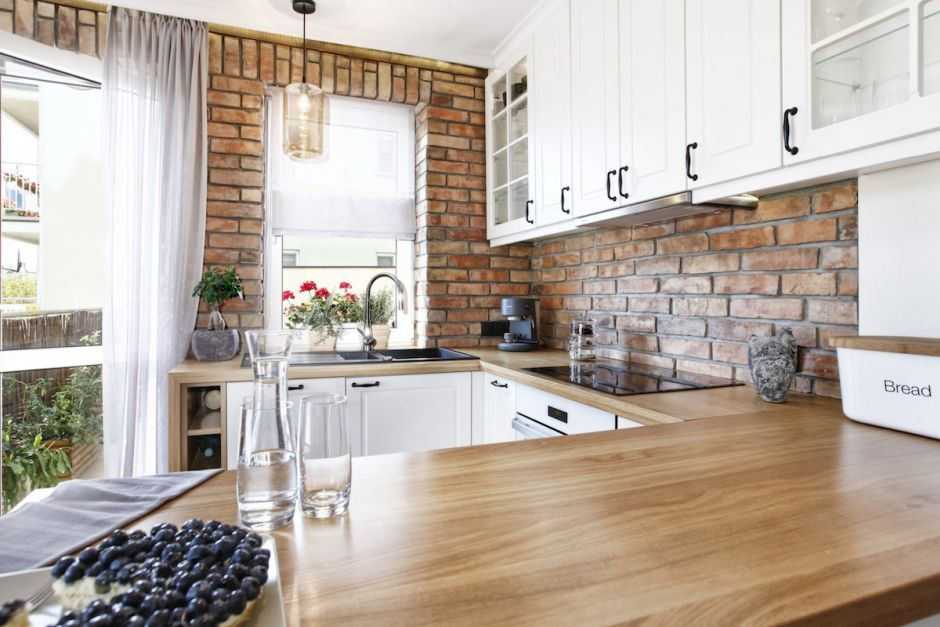 Drewniany Blat W Małej Kuchnie Z Cegłą Na ścianie