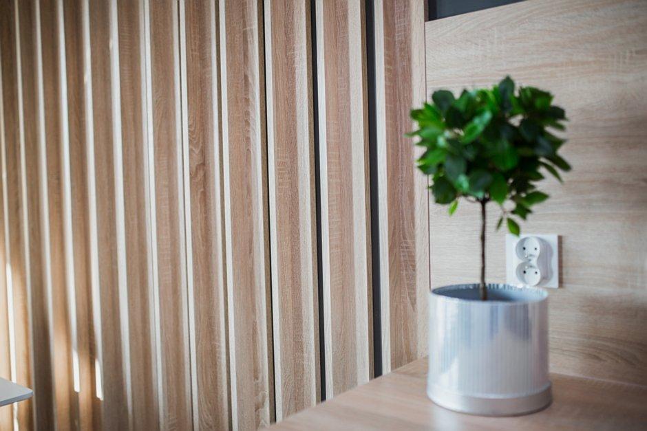 Drewniany panel dekoracyjny na ścianie