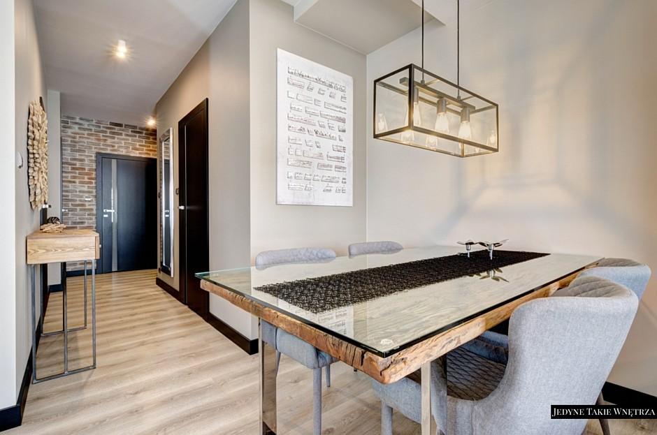 Młodzieńczy Drewniany stół ze szklanym blatem oraz szare krzesła w aranżacji DH36