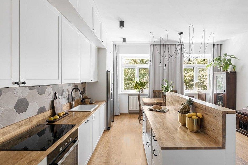 Drewno na podłodze w kuchni otwartej na salon i jadalnie