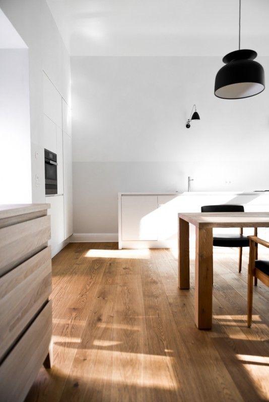 Drewno na podłodze w aranżacji kuchni