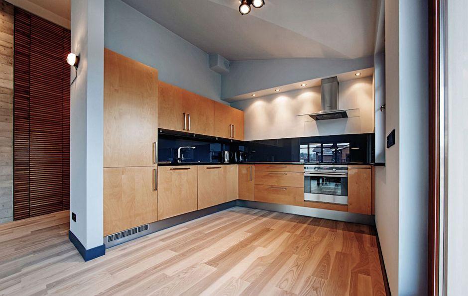 Drewno na podłodze w dużej kuchni