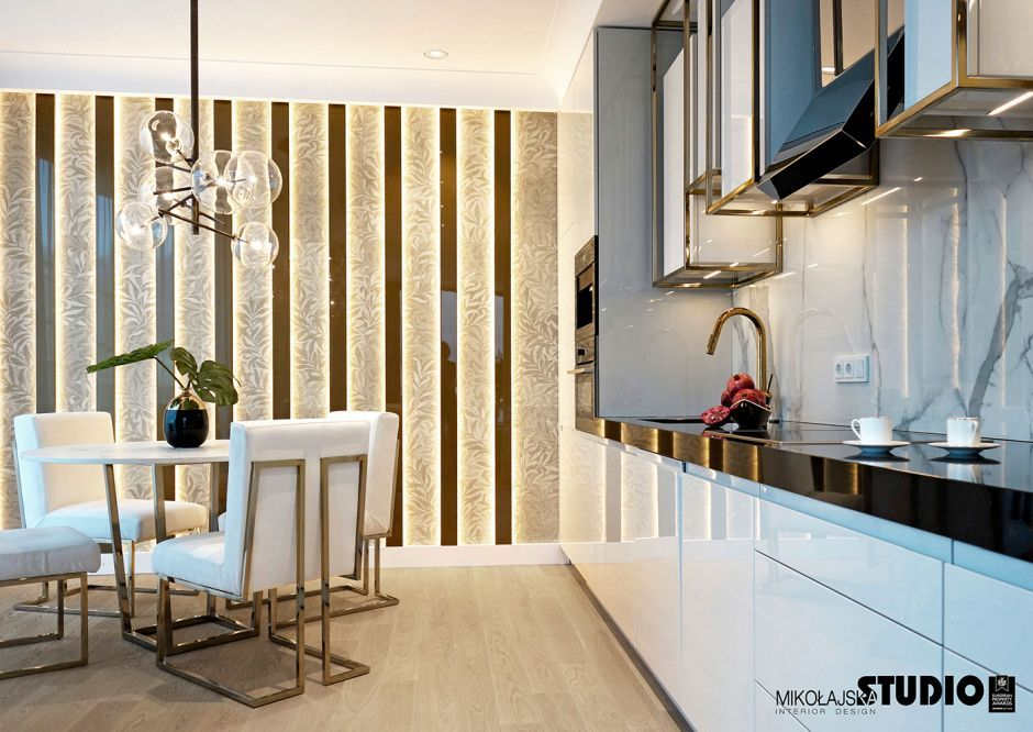 Drewno na podłodze w eleganckiej kuchni