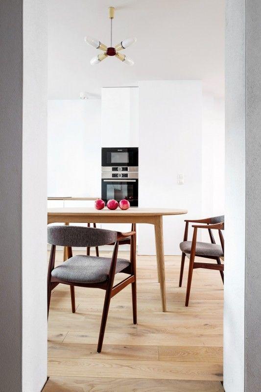 Drewno na podłodze w kuchni połączonej z jadalnią