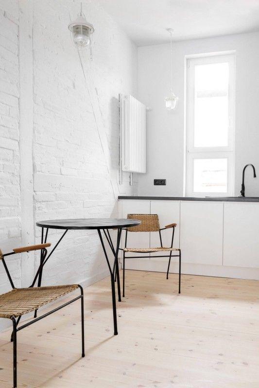 Drewno na podłodze w kuchni w stylu minimalistycznym