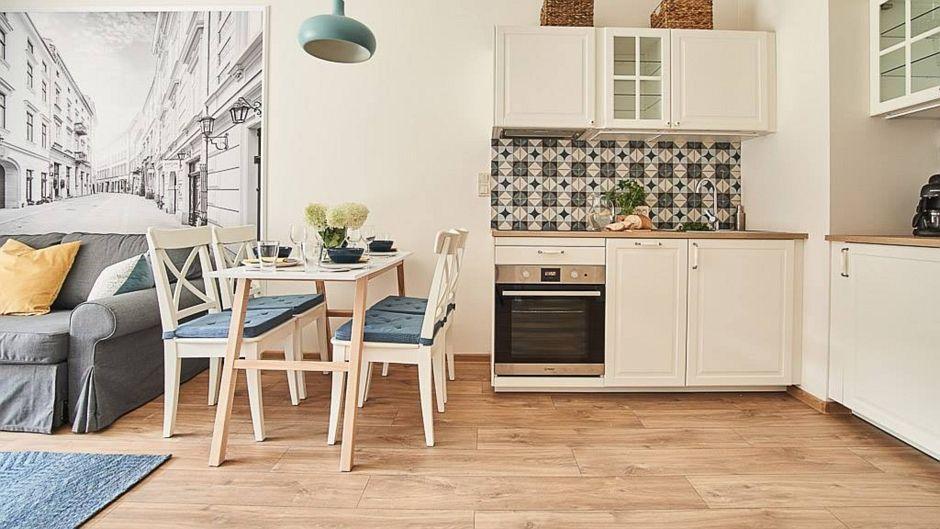 Drewno na podłodze w kuchni z płytkami patchwork na backsplashu