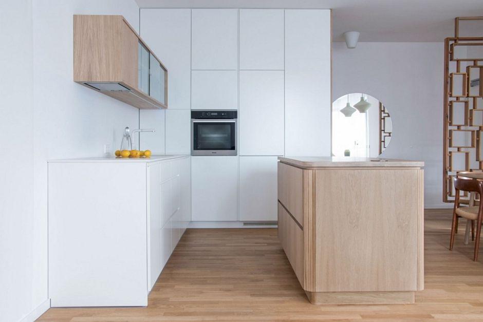 Drewno na podłodze w kuchni z wyspą