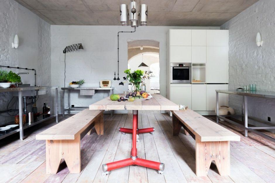 Drewno na podłodze w kuchni z dużym stołem