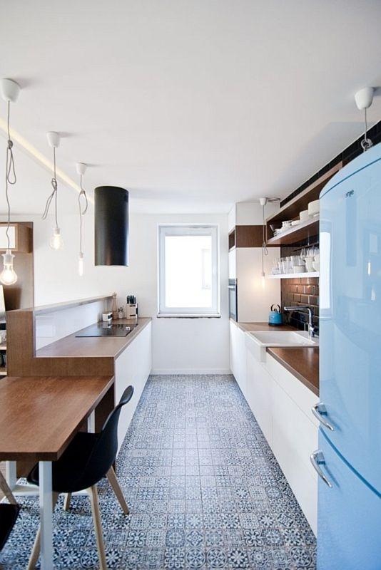 Drobne niebieskie płytki patchwork na podłodze w wąskiej kuchni