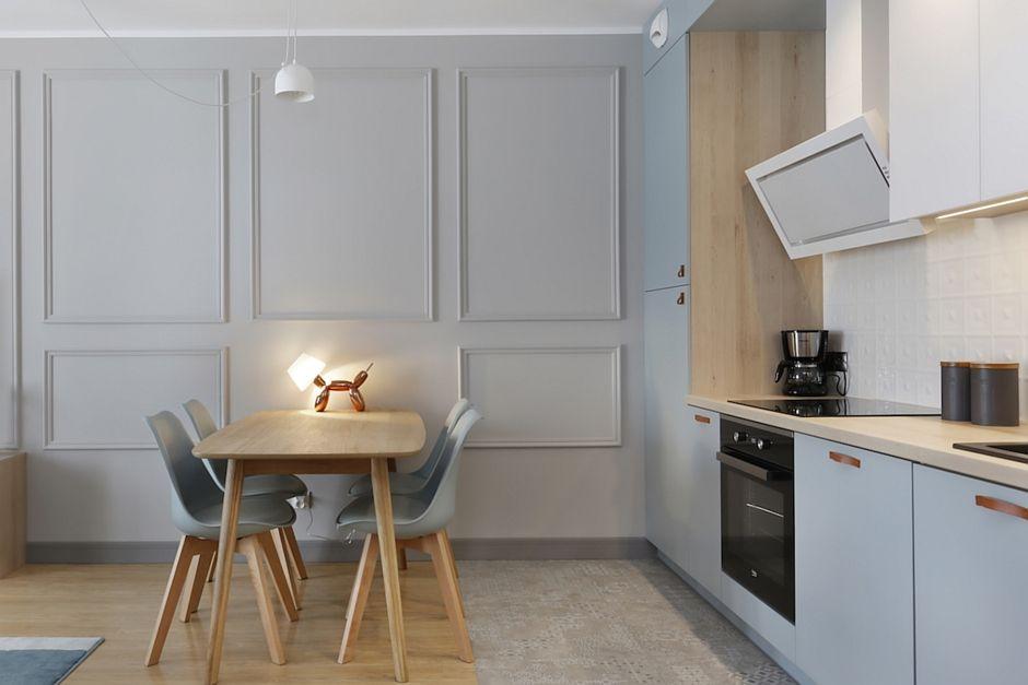 Drobne płytki patchwork na podłodze w kuchni otwartej