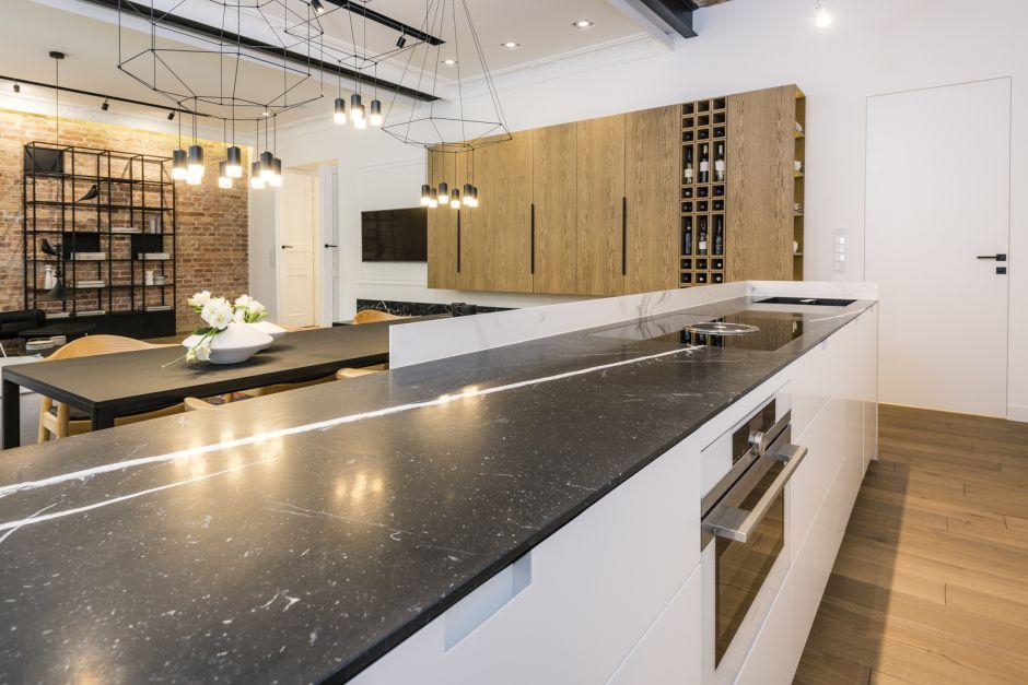 Duża Kuchnia Otwarta Na Salon Z Drewnianymi Szafkami I