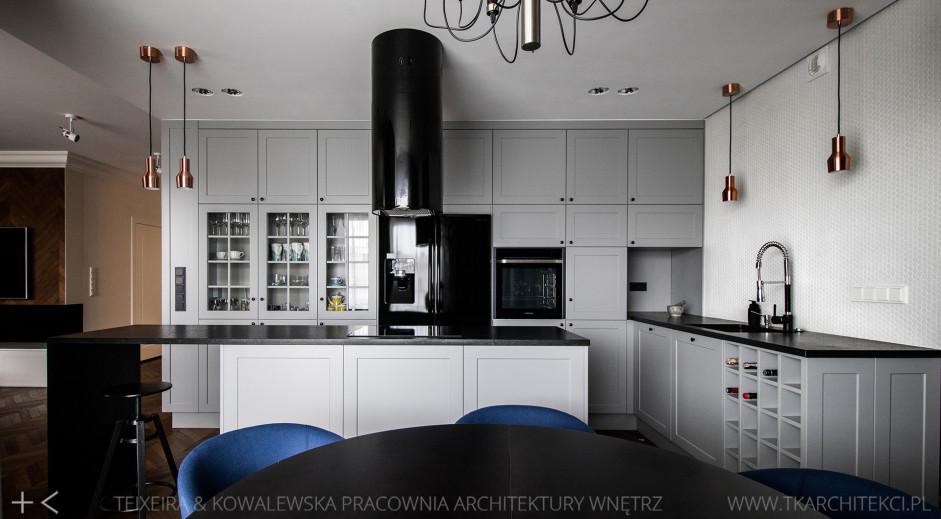 Duża otwarta kuchnia z czarnym okapiem kominowym  kuchnia otwarta na salon  -> Kuchnia Z Okapem Kominowym