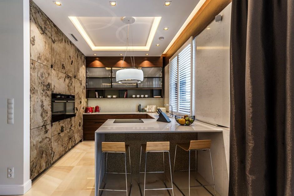 Elegancka kuchnia z kamieniem na podłodze