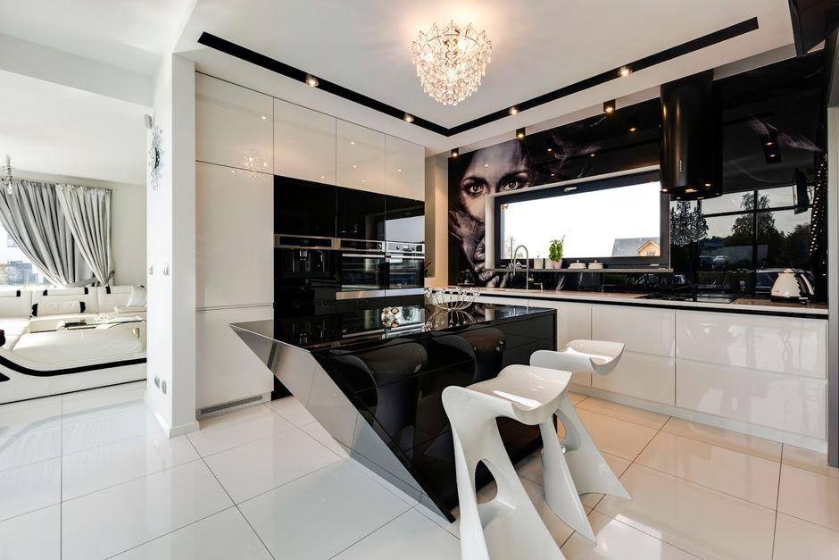 Elegancka łazienka w kolorach czerni i bieli z żyrandolem glamour