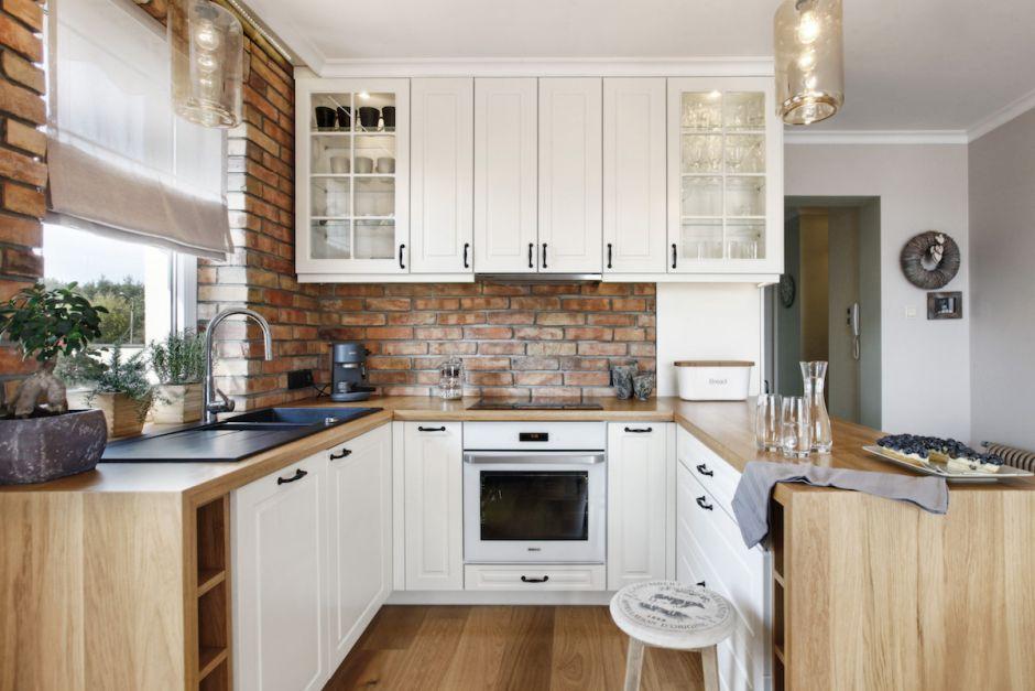 Frezowane Fronty Białych Mebli W Kuchni Otwartej Z Półwyspem