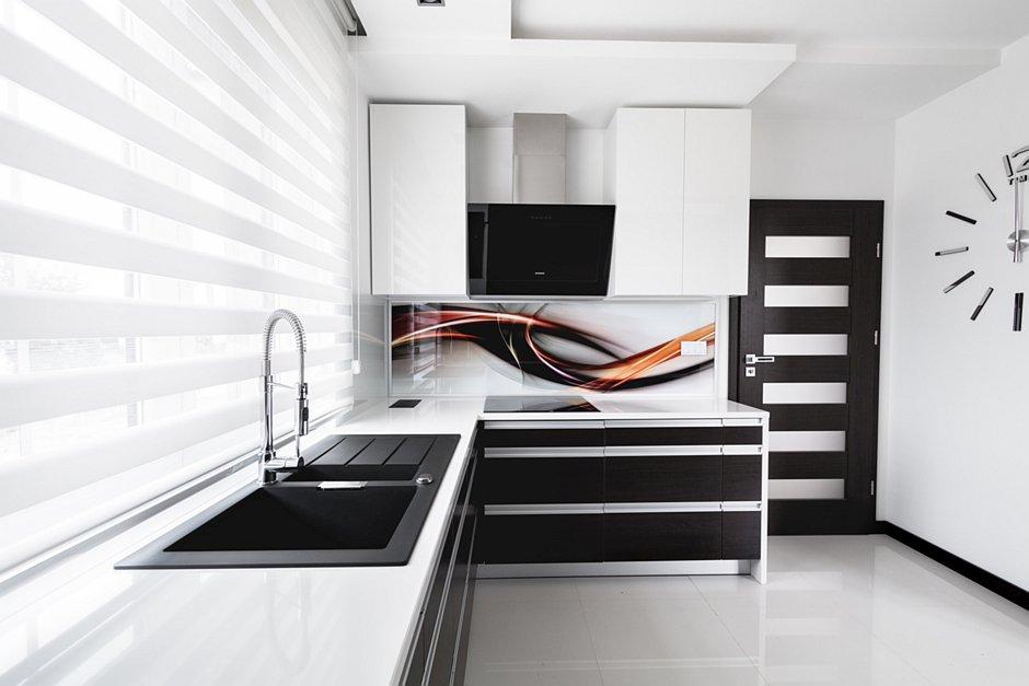 Grafika na szkle na backsplashu w kuchni