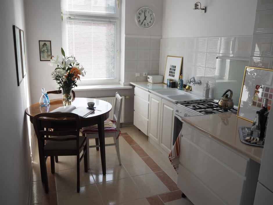 Jasna kuchnia bez górnej zabudowy