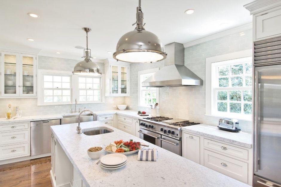 Jasna Kuchnia W Stylu Hampton Z Dużymi Metalowymi Lampami