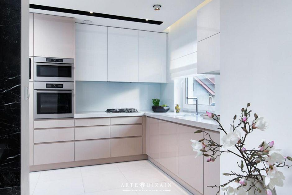 Jasna podłoga w pastelowej kuchni