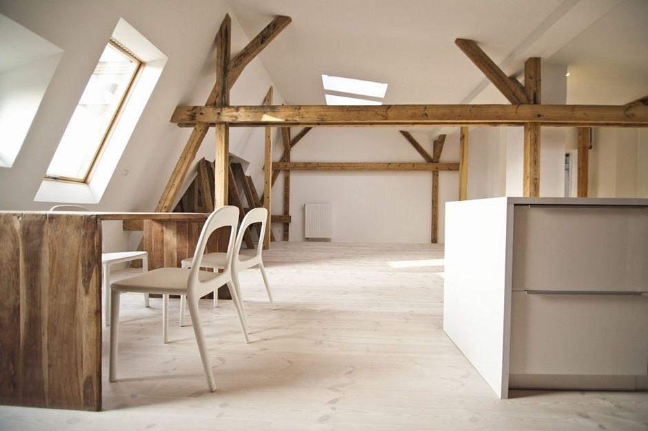 Jasne drewno na podłodze w kuchni