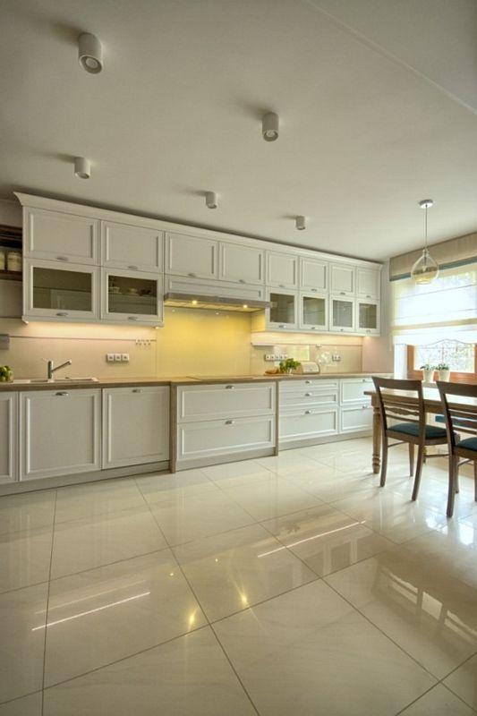 Jasne marmurowe płytki na podłodze w dużej angielskiej kuchni