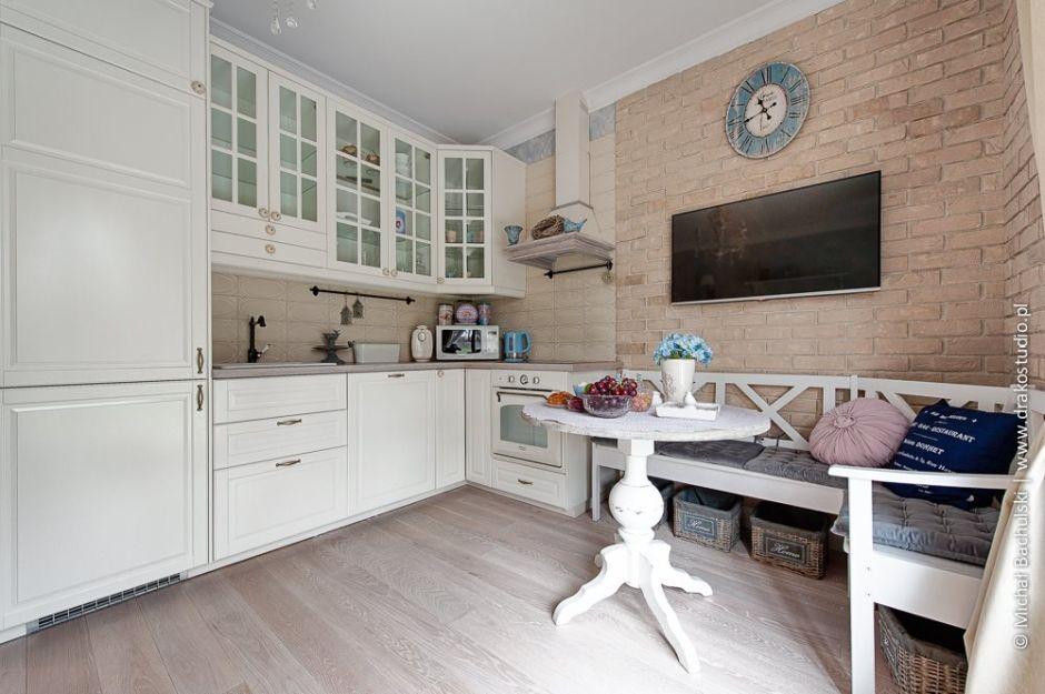 jasne meble kuchenne w otwartej kuchni apartament