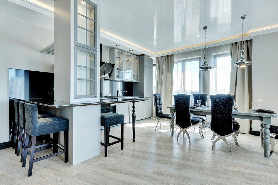 Jasne panele na podłodze w kuchni w stylu glamour