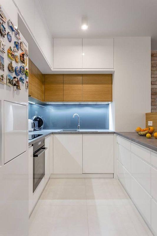 Jasne płytki na podłodze w wąskiej kuchni