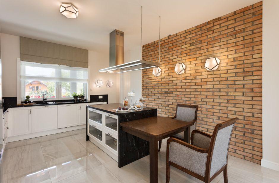 Jasny marmur na podłodze w kuchni z czerwoną cegłą na ścianie