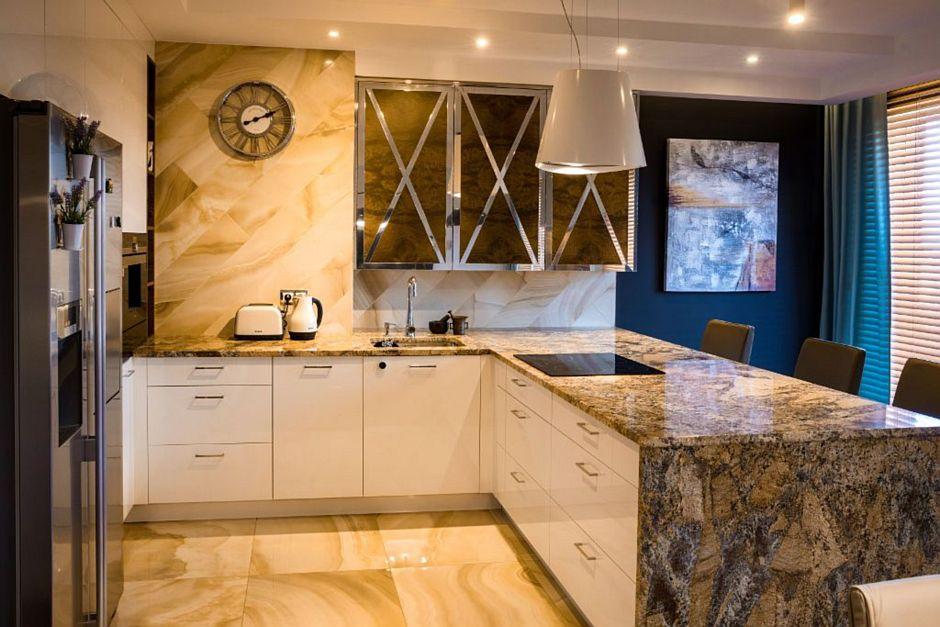 Kamienne płytki na podłodze w kuchni z półwyspem