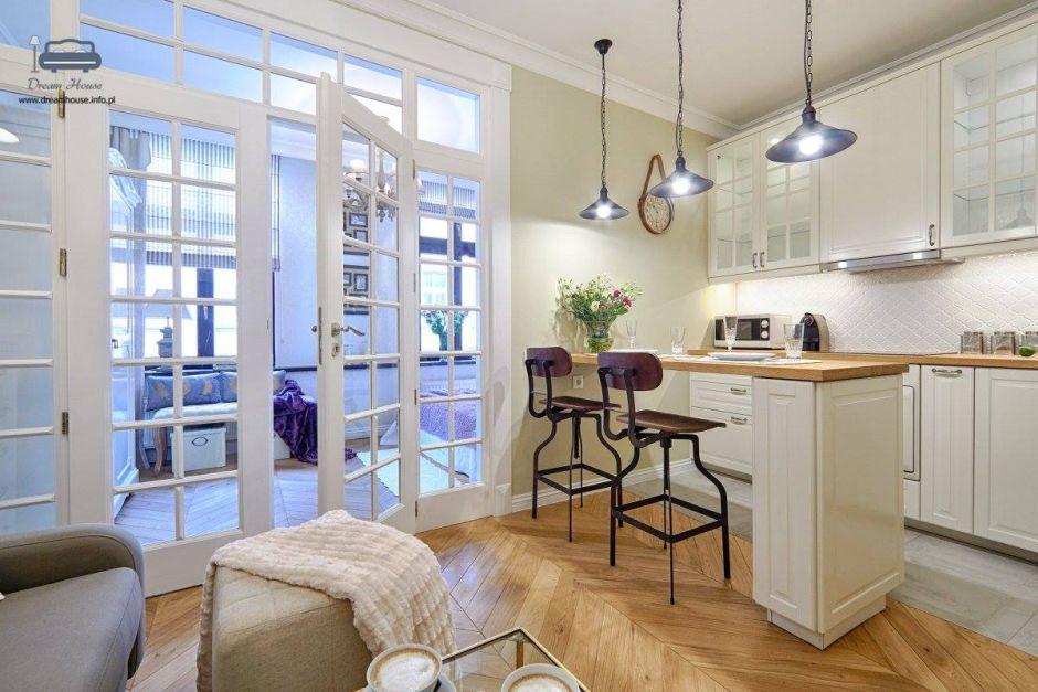 Krzesła Paris Arms przy barku kuchennym