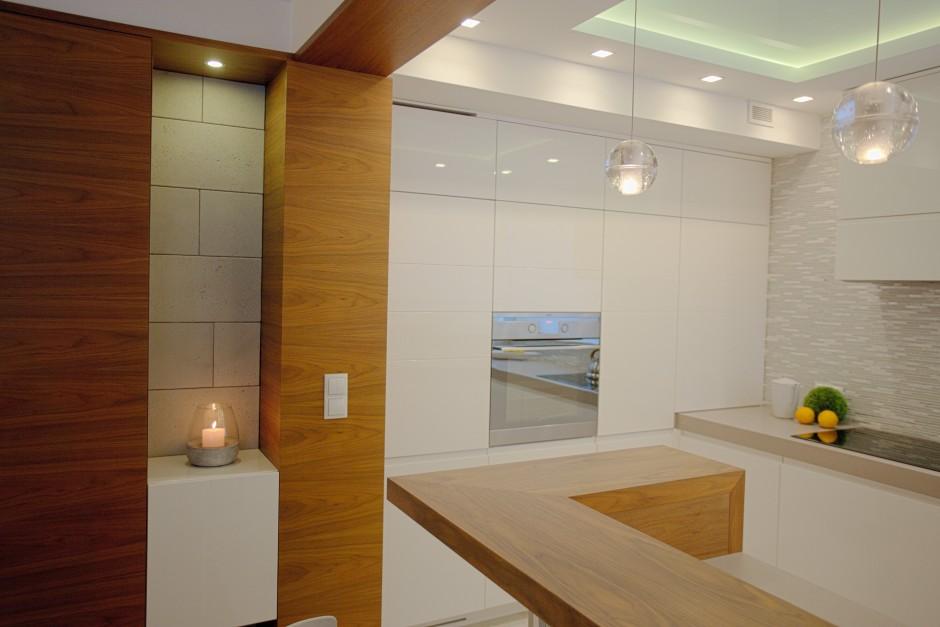 Kuchnia W Kolorach Biały Połysk Z Drewnem I Mozaiką Biała