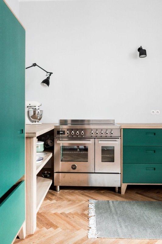 Kuchnia gazowo-elektryczna z dwoma piekarnikami w aranżacji kuchni z drewnem na podłodze