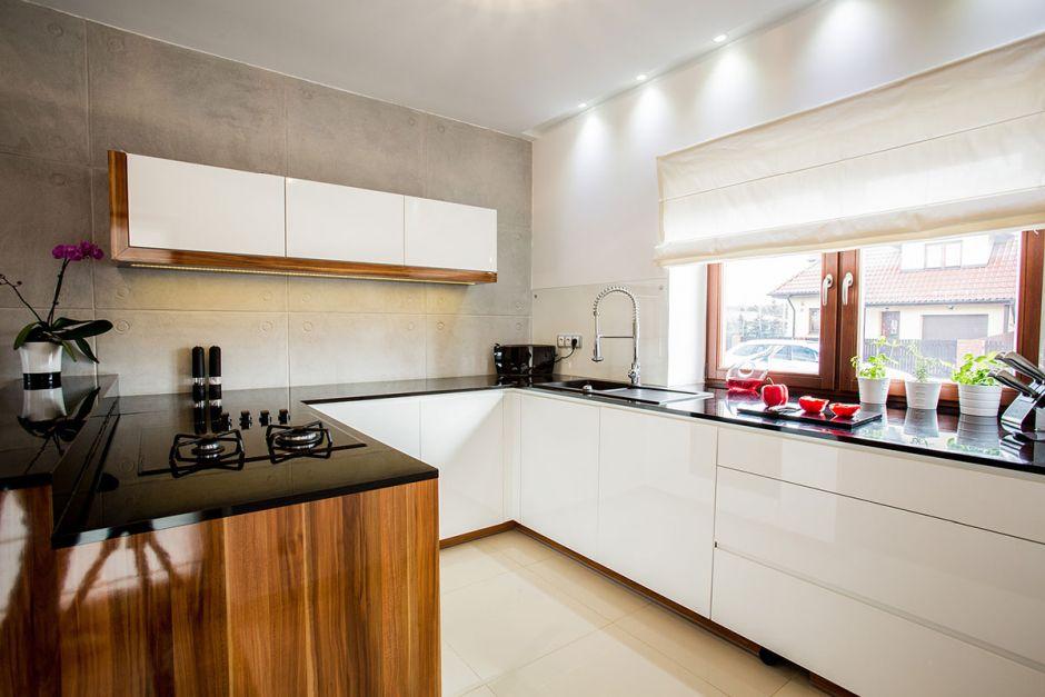Kuchnia otwarta na salon z betonem na ścianie  kuchnia otwarta na salon  in   -> Kuchnia Z Oknem Otwarta Na Salon