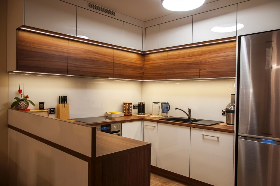 Kuchnia Otwarta W Kolorach Brazu I Drewna Drewno W Kuchni