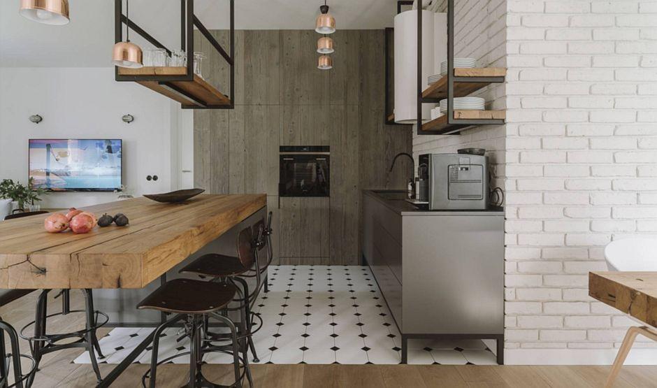 Kuchnia w stylu industrialnym z otwartymi półkami i biało-czarną płytką na podłodze