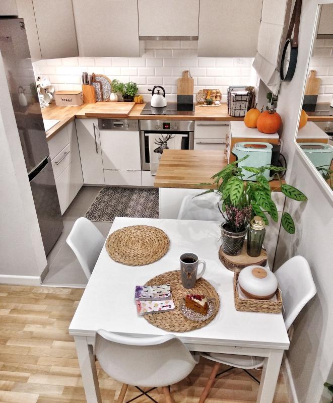 Stół kwadratowy w małej kuchni