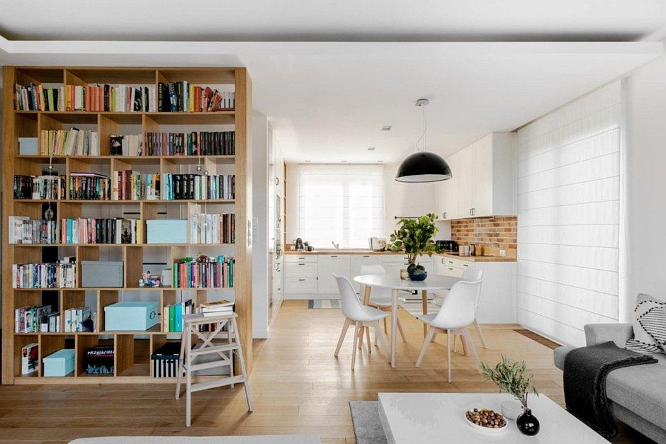 Kuchnia w kolorze bieli i drewna połączona z jadalnią
