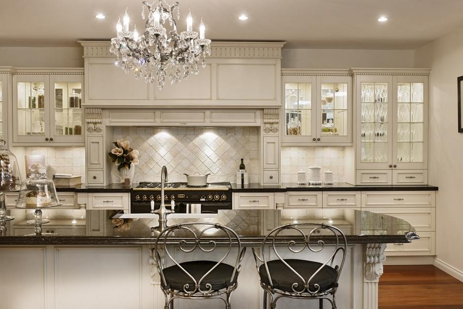Jasna kuchnia z wyspą w stylu glam  Kuchnia w stylu glamour  style w kuchni   -> Kuchnia W Stylu Glamour Galeria