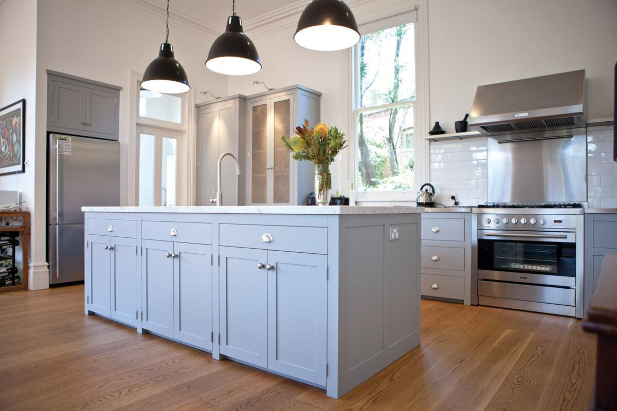 Szare meble w kuchni w stylu Hampton  Kuchnia w stylu   -> Kuchnia Meble Szare