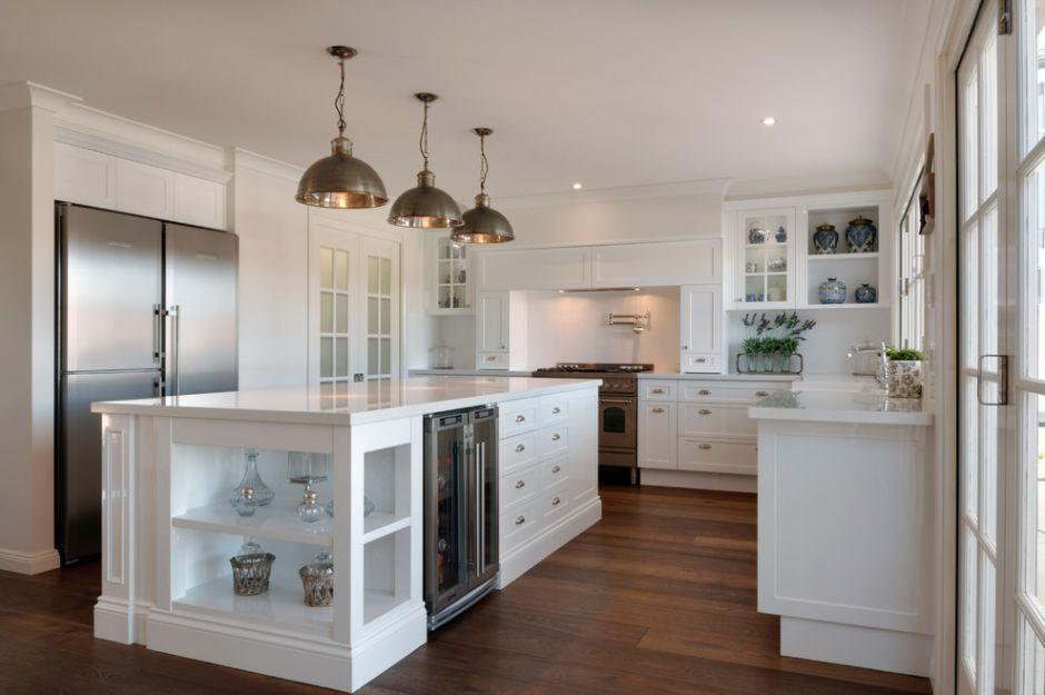 Kuchnia w stylu hampton z metalowymi lampami i dużą wsypą kuchenną
