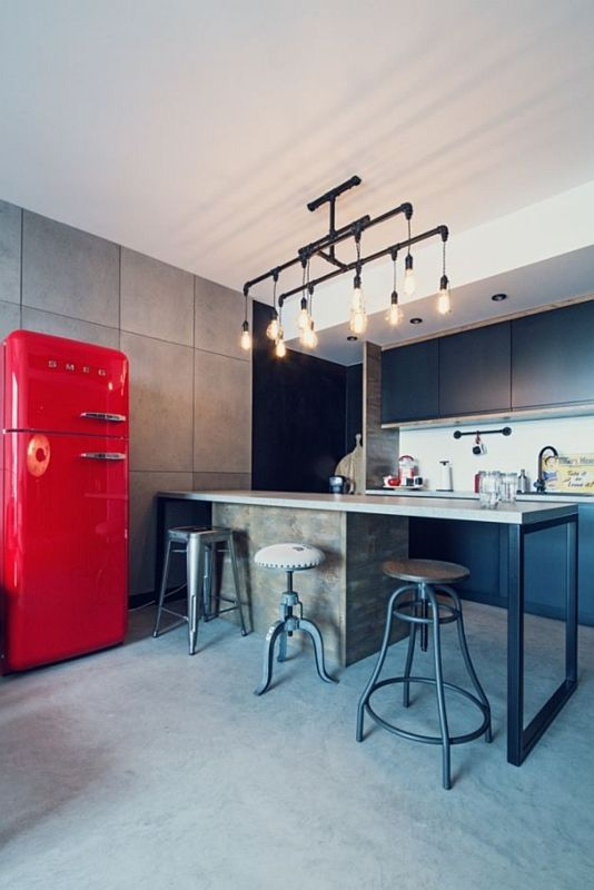 Kuchnia w stylu loft z czerwoną lodówką oraz szarą podłogą