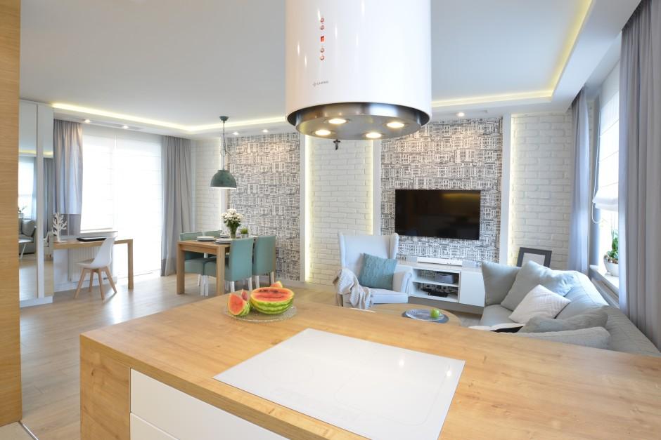 Kuchnia z widokiem na salon  Jasna kuchnia otwarta na